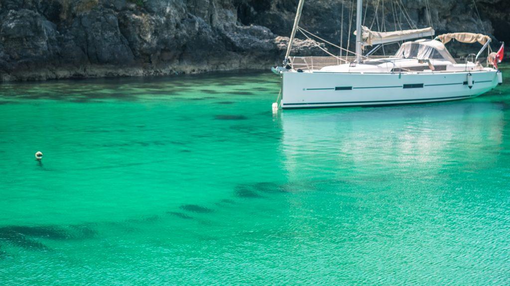 Heldere oceaan met zeilboot - the TURQOUISE series - Malta © 2018 Matthijs Jonker Fotografie
