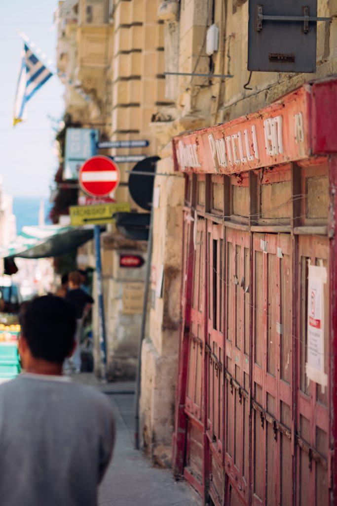 Vervallen winkelgevel - the RED series - Malta © 2018 Matthijs Jonker Fotografie