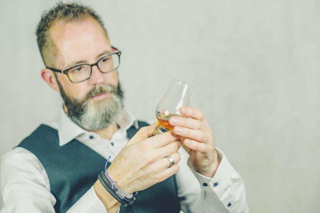 Whiskey proeven, Linkedin fotoshoot Nadort #9, Lelystad © 2018 Matthijs Jonker Fotografie