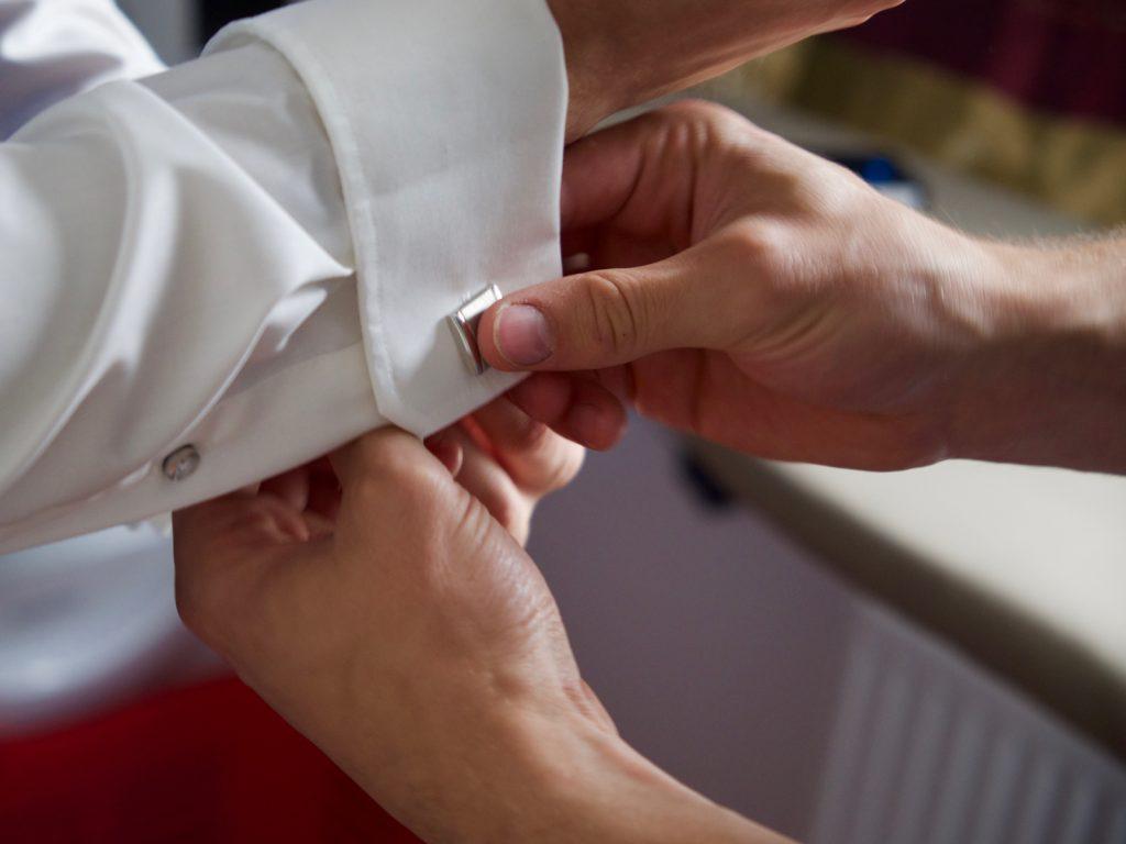 Aankleden bruidegom - Bruiloft Lennart en Salomé, Zeewolde © 2016 Matthijs Jonker Fotografie