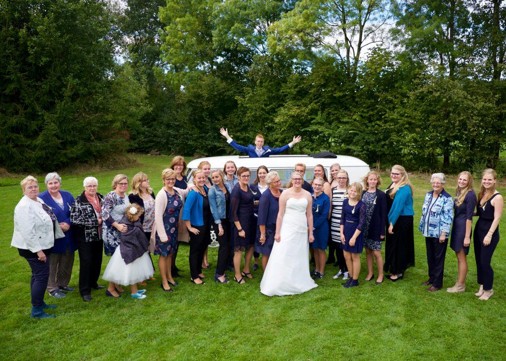 Alle vrouwen met bruidegom bij Volkswagen T1 - Bruiloft Polet-Woensdregt, Zalen Van Veen, Witten © 2016 Matthijs Jonker Fotografie