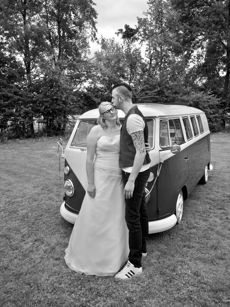 Broer en zus bij Volkswagen T1 - Bruiloft Polet-Woensdregt Assen © 2016 Matthijs Jonker Fotografie