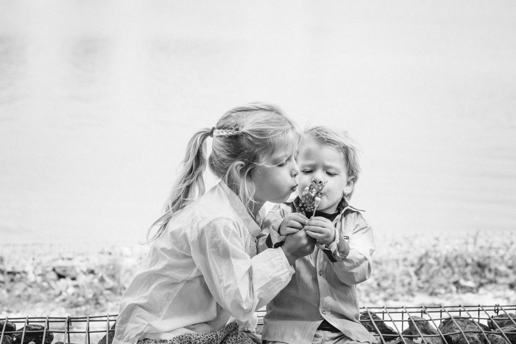 Broer en zus - Familie fotoshoot Boermans, Hof van Saksen, Rolde © 2018 Matthijs Jonker Fotografie