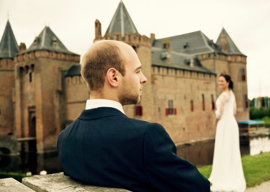 Bruidegom en bruid - Bruiloft Lennart en Salomé, Muiderslot, Amsterdam © 2016 Matthijs Jonker Fotografie