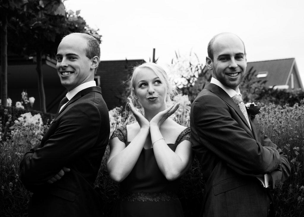 Bruidegom met broer en zus - Bruiloft Lennart en Salomé, Zeewolde © 2016 Matthijs Jonker Fotografie
