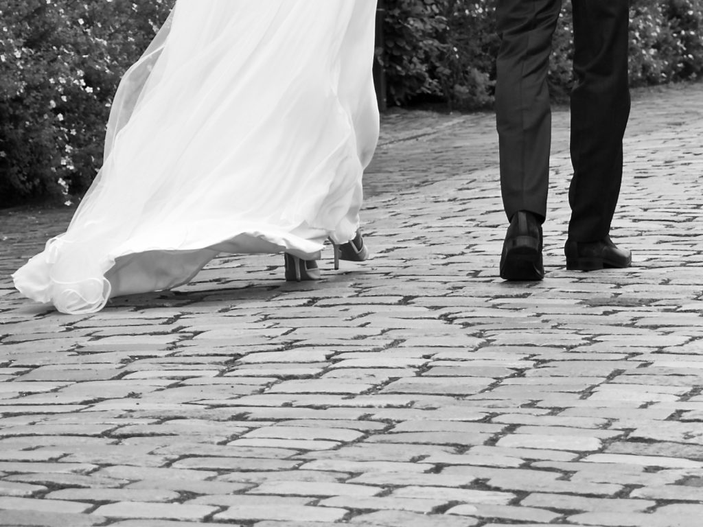 Bruidsschoenen - Bruiloft Lennart en Salomé, Muiderslot, Amsterdam © 2016 Matthijs Jonker Fotografie