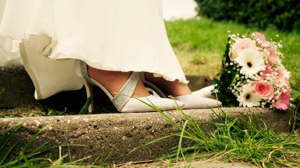 Bruidsschoenen en bruidsboeket - Bruiloft Lennart en Salomé, Muiderslot, Amsterdam © 2016 Matthijs Jonker Fotografie