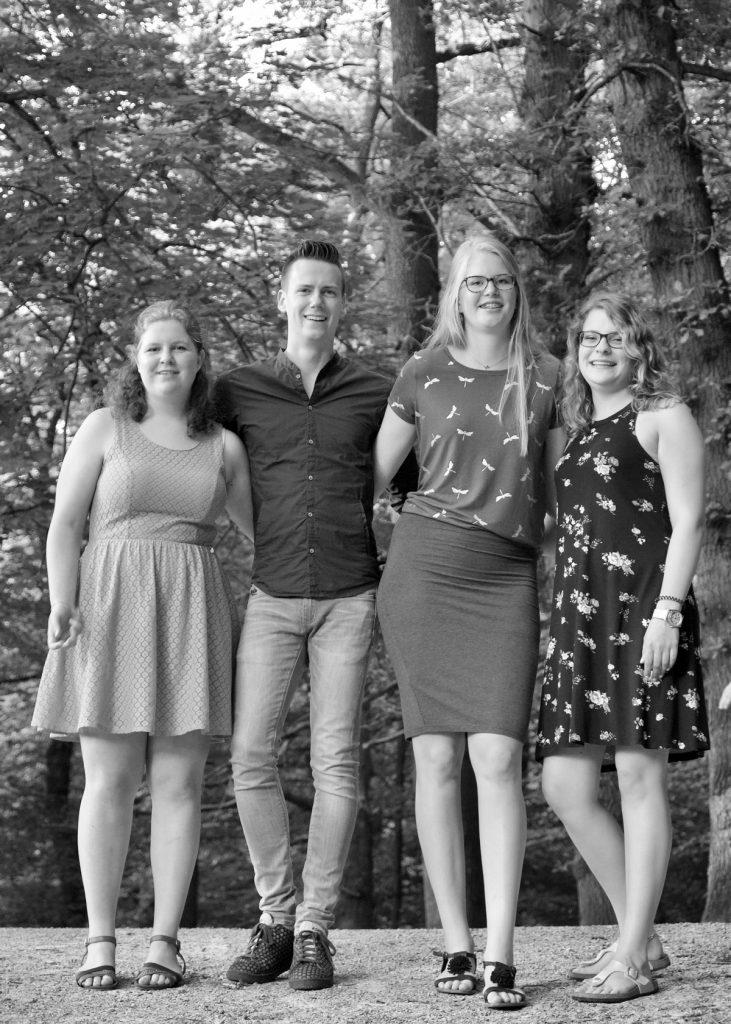 Groepsfoto #1 - Fotoshoot vriendengroep Asserbos Assen © 2017 Matthijs Jonker Fotografie