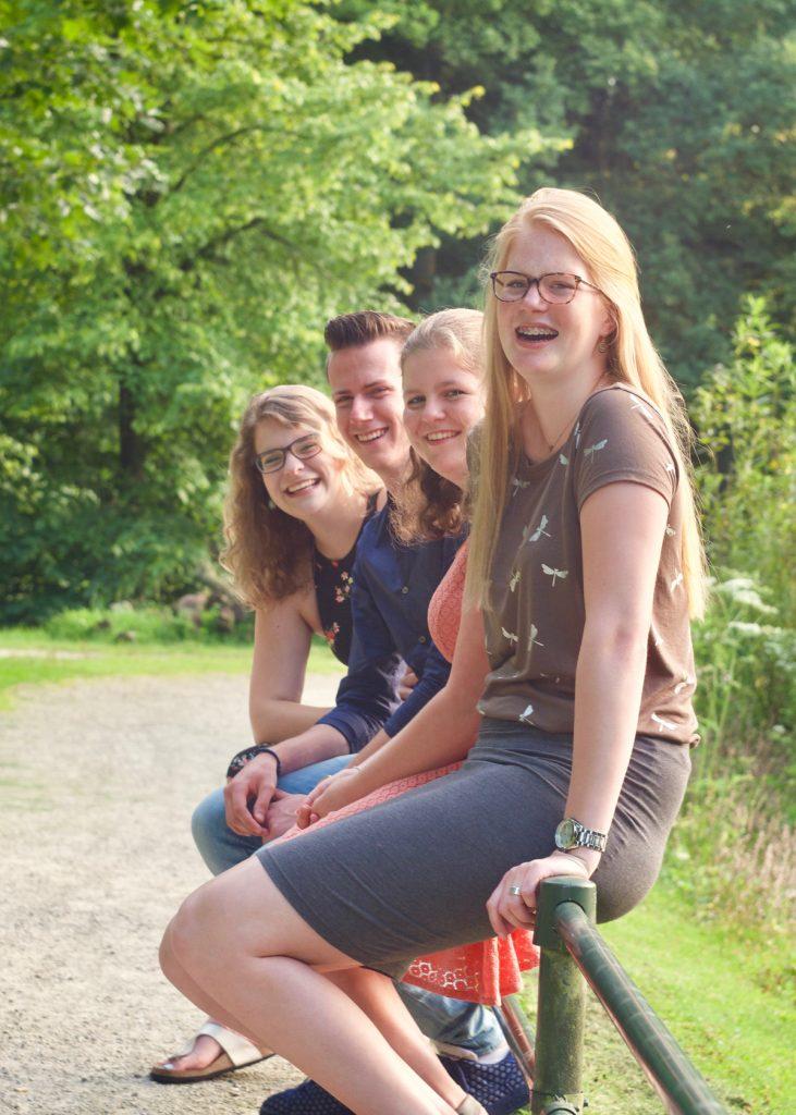 Groepsfoto #2 - Fotoshoot vriendengroep Asserbos Assen © 2017 Matthijs Jonker Fotografie