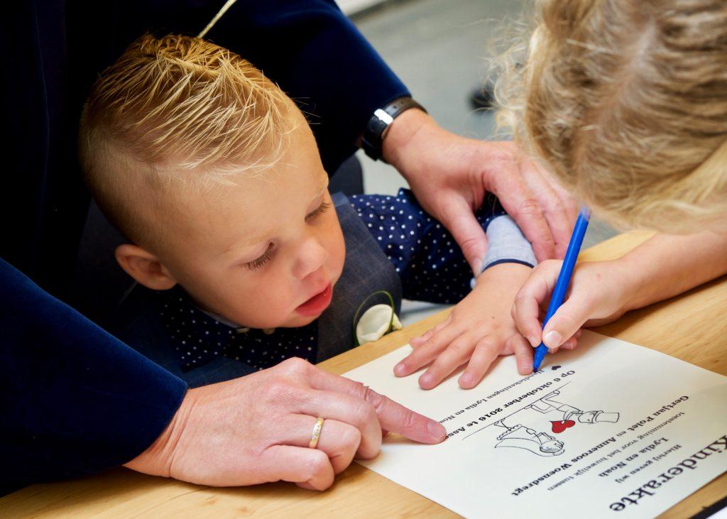 Handtekening bruidskinderen - Bruiloft Polet-Woensdregt Gemeentehuis Assen © 2016 Matthijs Jonker Fotografie