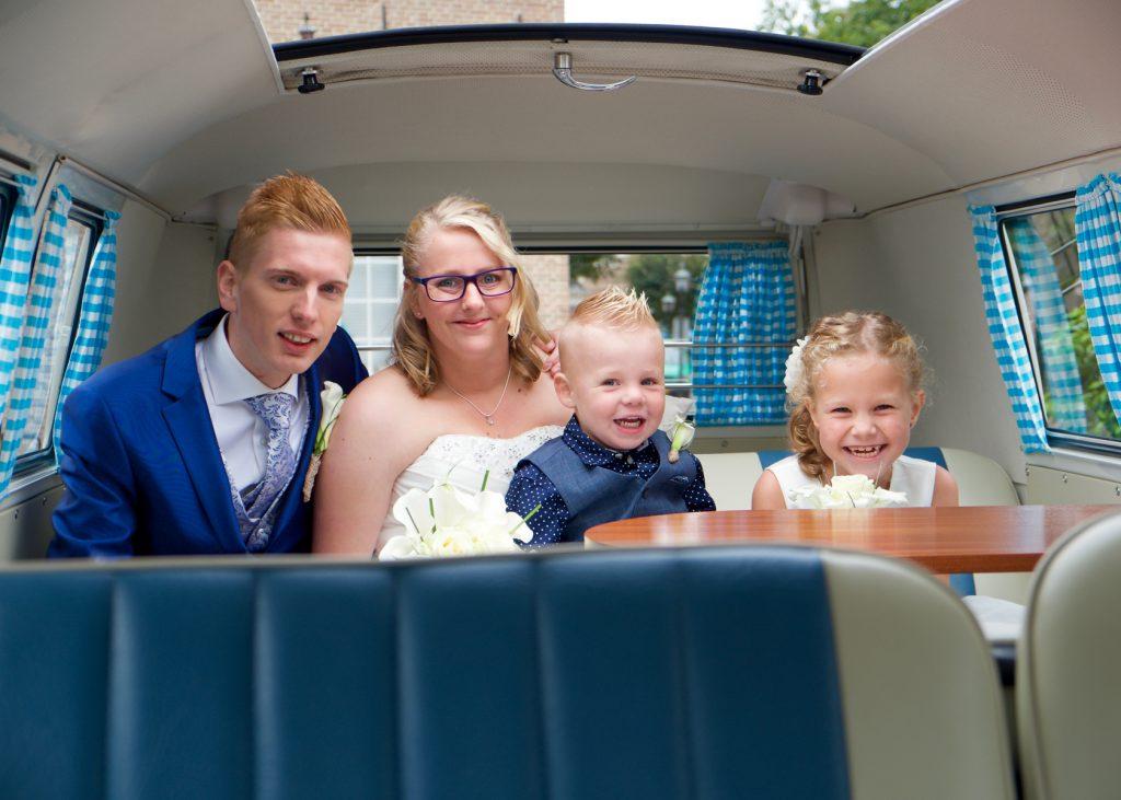 Happy in de Volkswagen T1 - Bruiloft Polet-Woensdregt Drents Museum Assen © 2016 Matthijs Jonker Fotografie