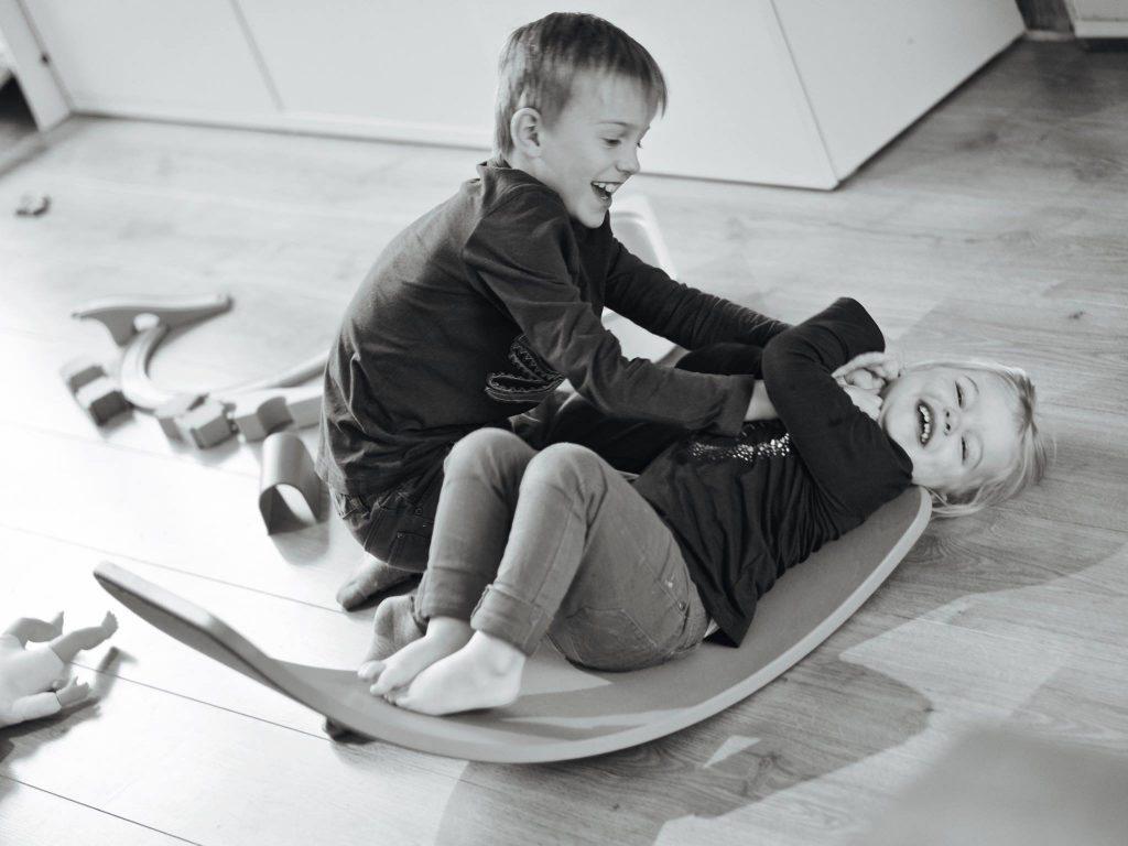 Jongen en meisje broertje en zusje spelen © 2017 Matthijs Jonker Fotografie