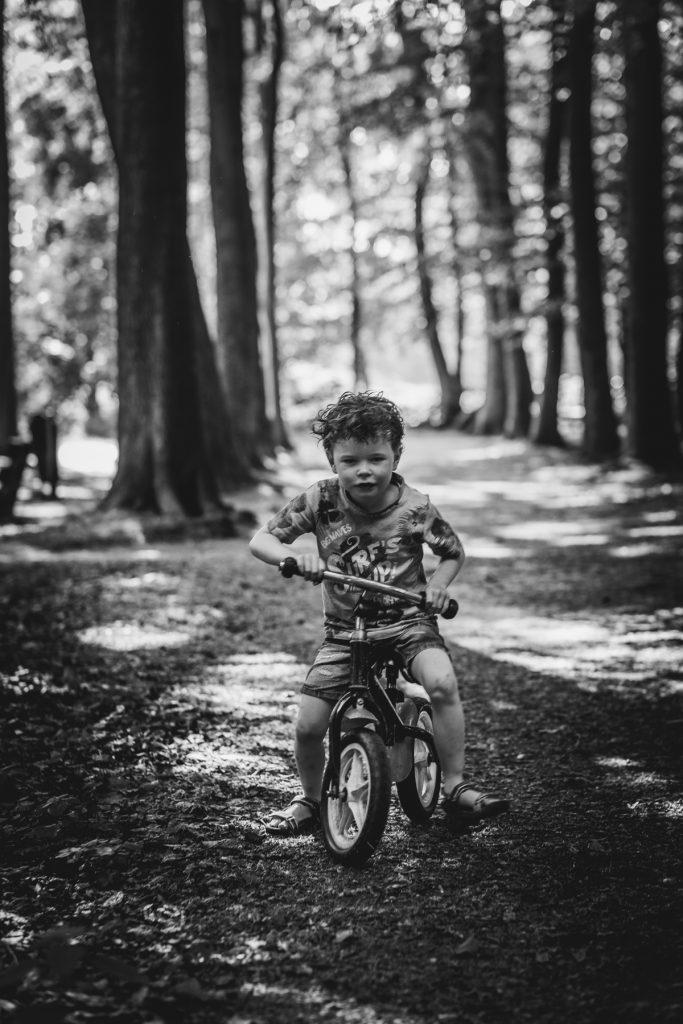 Jongen op loopfiets - fotoshoot Ter Linden/Weening - Asserbos - © 2018 Matthijs Jonker Fotografie