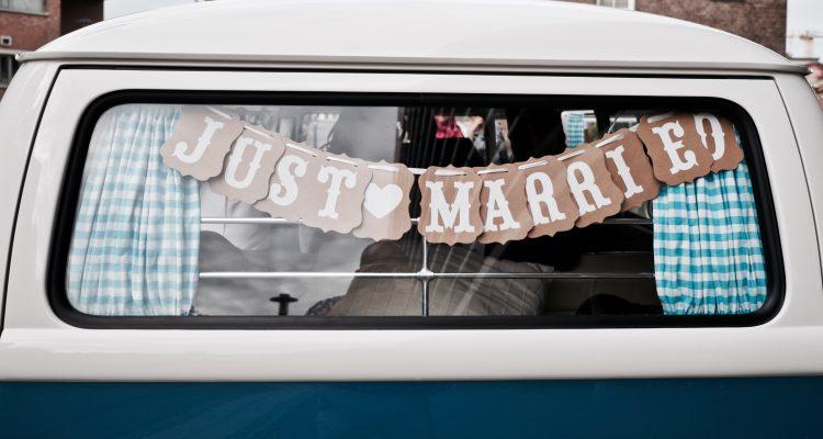 Just married - Volkswagen T1 - Bruiloft Polet-Woensdregt Gemeentehuis Assen © 2016 Matthijs Jonker Fotografie