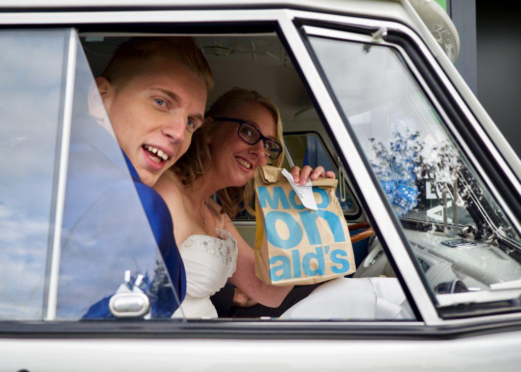 Kipnuggets gescoord McDrive - Bruiloft Polet-Woensdregt McDonalds Assen © 2016 Matthijs Jonker Fotografie