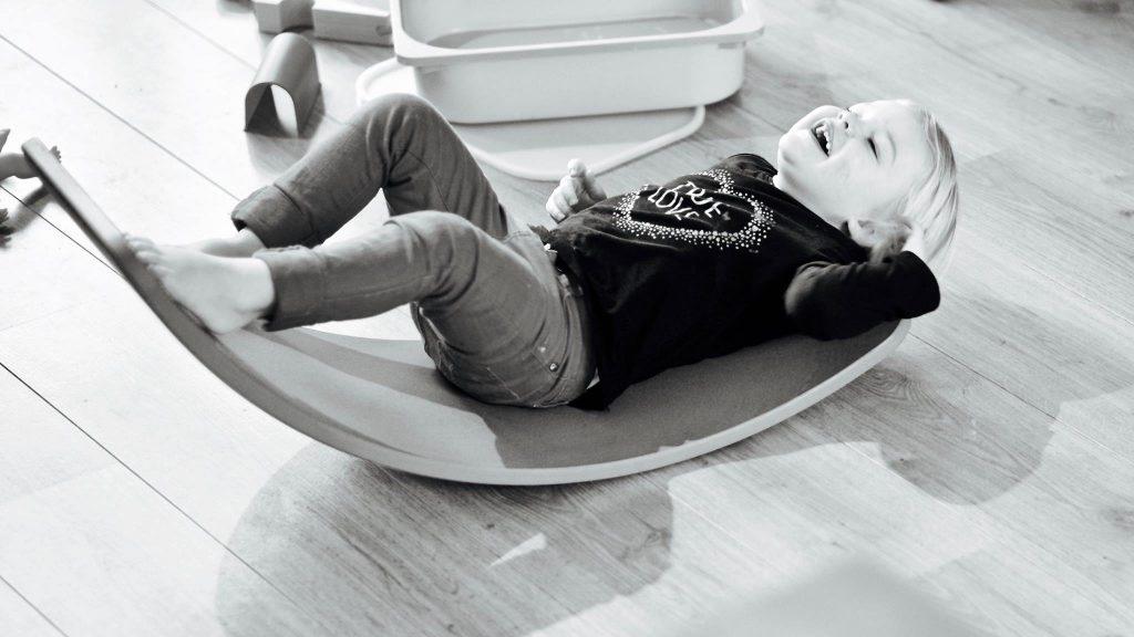 Meisje chillt en relaxt op de wobbel © 2017 Matthijs Jonker Fotografie