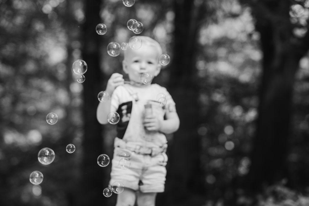 Meisje met belleblaas - Gezin fotoshoot Van der Linden-Weening, Asserbos, Assen © 2018 Matthijs Jonker Fotografie