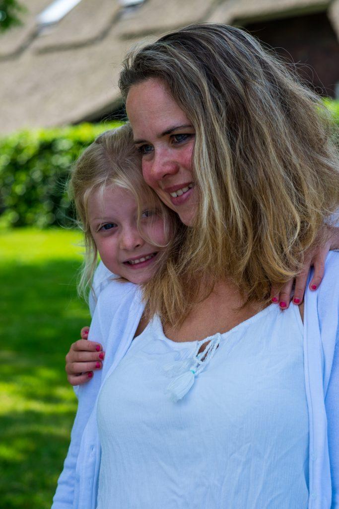 Moeder met dochter - Familie fotoshoot Boermans, Hof van Saksen, Rolde © 2018 Matthijs Jonker Fotografie