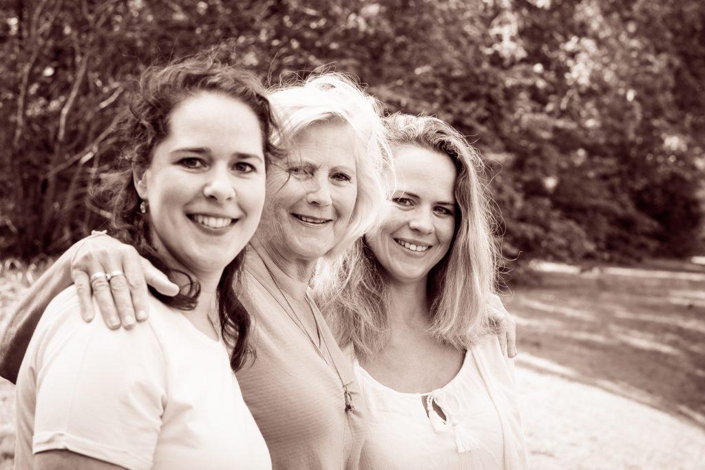 Moeder met dochters - Familie fotoshoot Boermans, Hof van Saksen, Rolde © 2018 Matthijs Jonker Fotografie