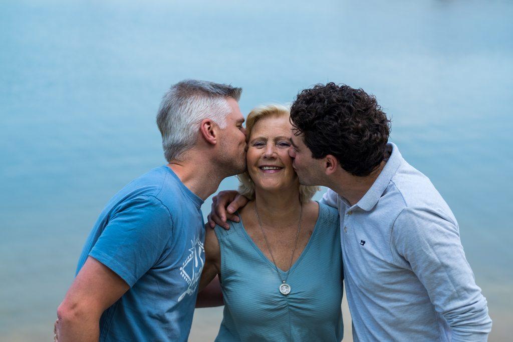 Moeder met schoonzoons - Familie fotoshoot Boermans, Hof van Saksen, Rolde © 2018 Matthijs Jonker Fotografie