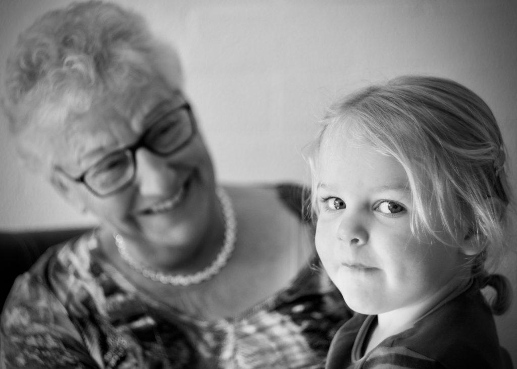 Oma met kleindochter © 2016 Matthijs Jonker Fotografie