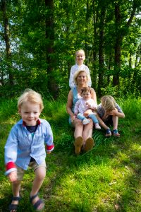 Oma met kleinkinderen - Familie fotoshoot Boermans, Hof van Saksen, Rolde © 2018 Matthijs Jonker Fotografie