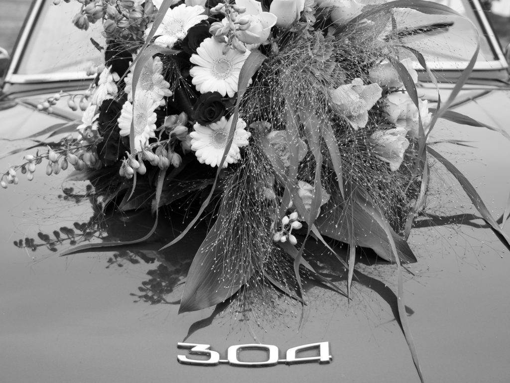 Peugeot 304 bloemstuk - Bruiloft Lennart en Salomé, Zeewolde © 2016 Matthijs Jonker Fotografie