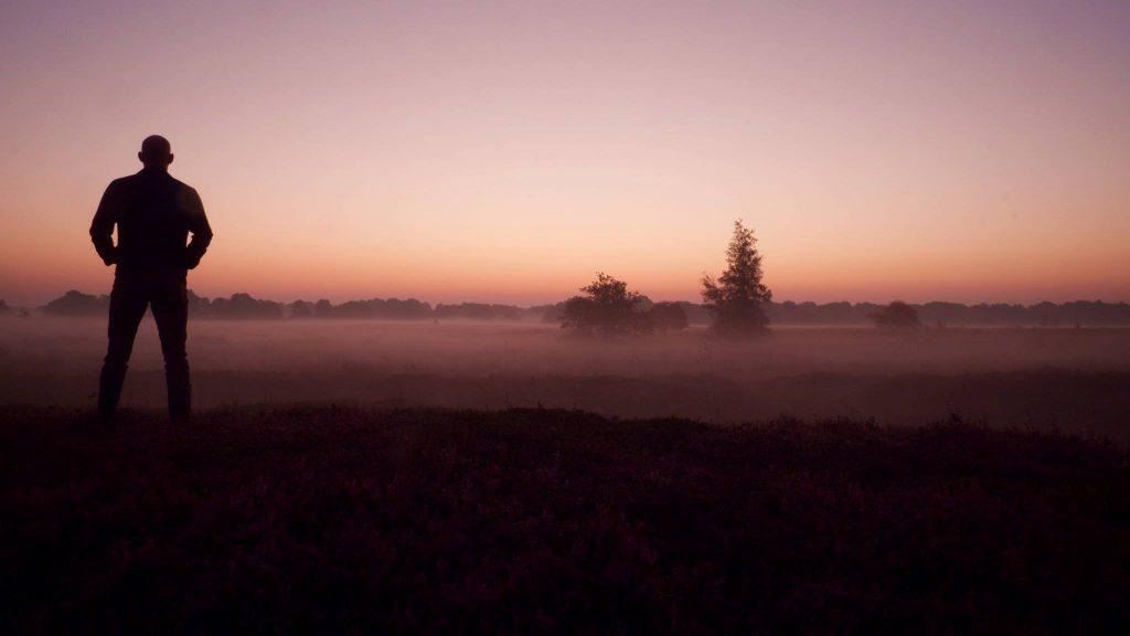 Silhouet zelfportret zonsopgang, Balloërveld, Drenthe © 2016 Matthijs Jonker Fotografie