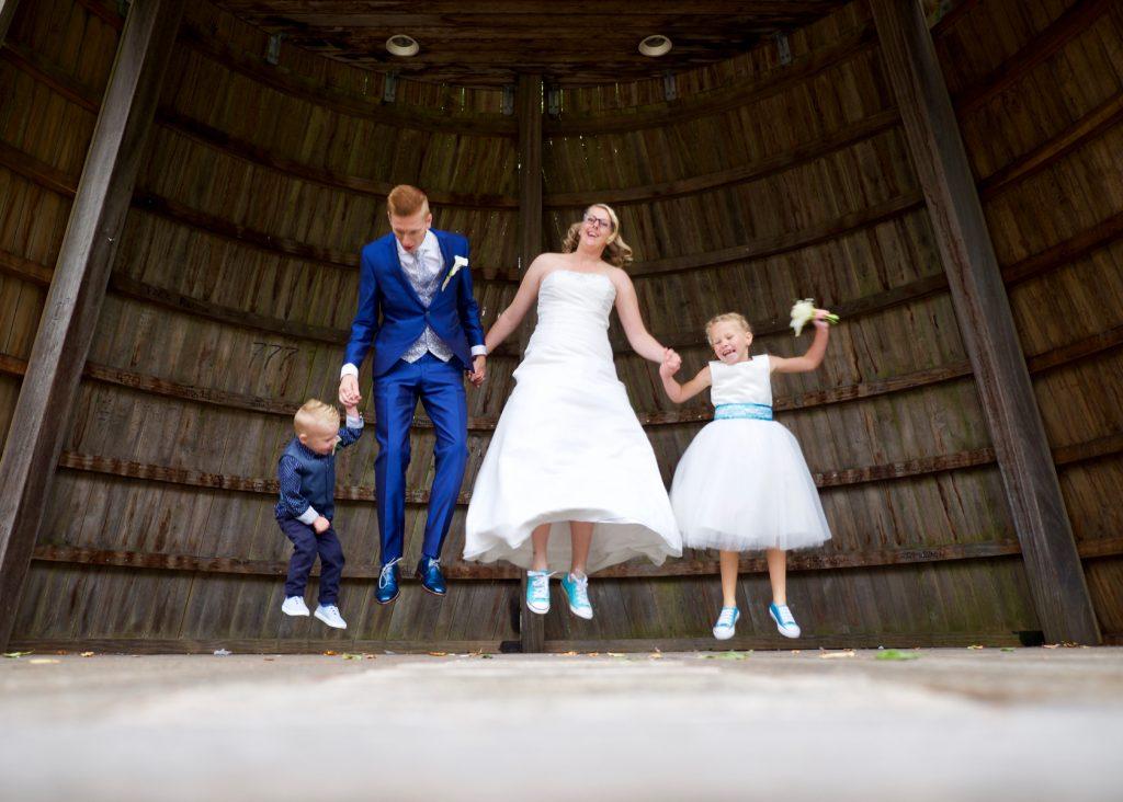 Spring een gat in de lucht! Bruiloft Polet-Woensdregt Gouverneurstuin Assen © 2016 Matthijs Jonker Fotografie