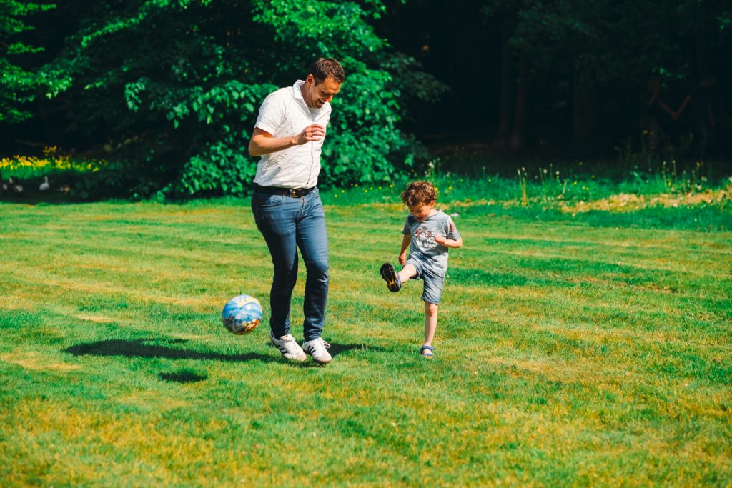 Vader en zoon voetballen - Gezin fotoshoot Van der Linden-Weening, Asserbos, Assen © 2018 Matthijs Jonker Fotografie