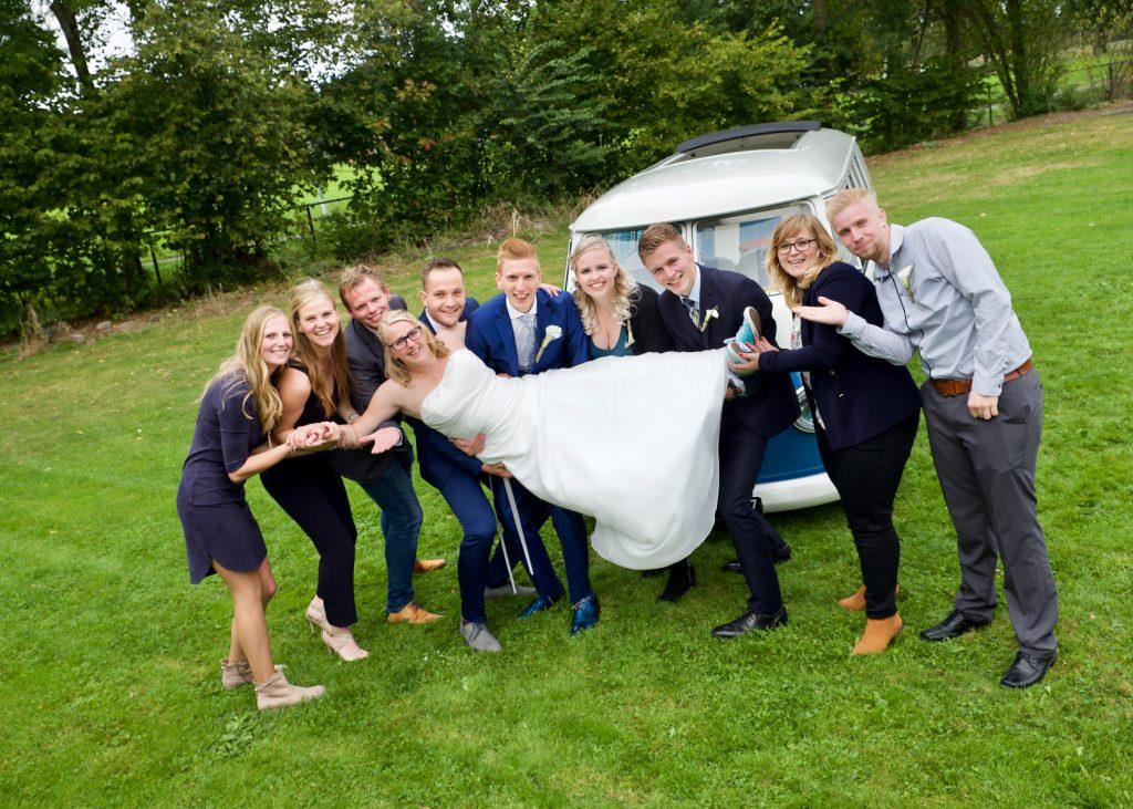 Vriendengroep met bruid bij Volkswagen T1 - Bruiloft Polet-Woensdregt, Zalen Van Veen, Witten © 2016 Matthijs Jonker Fotografie
