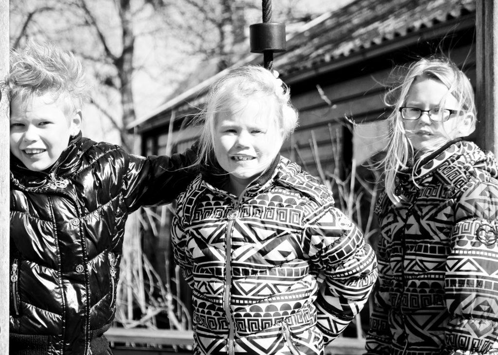 Zusjes - Familieportretten met de kleinkinderen in Breeland © 2016 Matthijs Jonker Fotografie