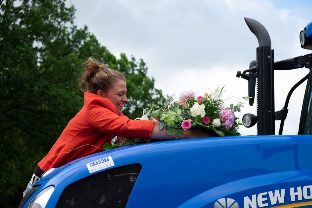 bloemstuk op trouwvervoer tractor, bruiloft Arjan en Marion, Smilde © 2018 Matthijs Jonker Fotografie