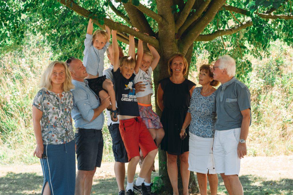 familieportret bij de boom, familiefotoshoot Gruben, Hof van Saksen, Rolde © 2018 Matthijs Jonker Fotografie