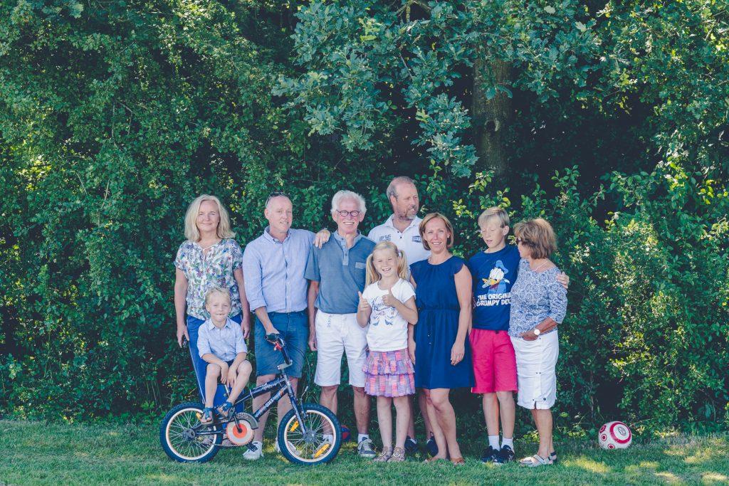 familieportret in de schaduw, familiefotoshoot Gruben, Hof van Saksen, Rolde © 2018 Matthijs Jonker Fotografie