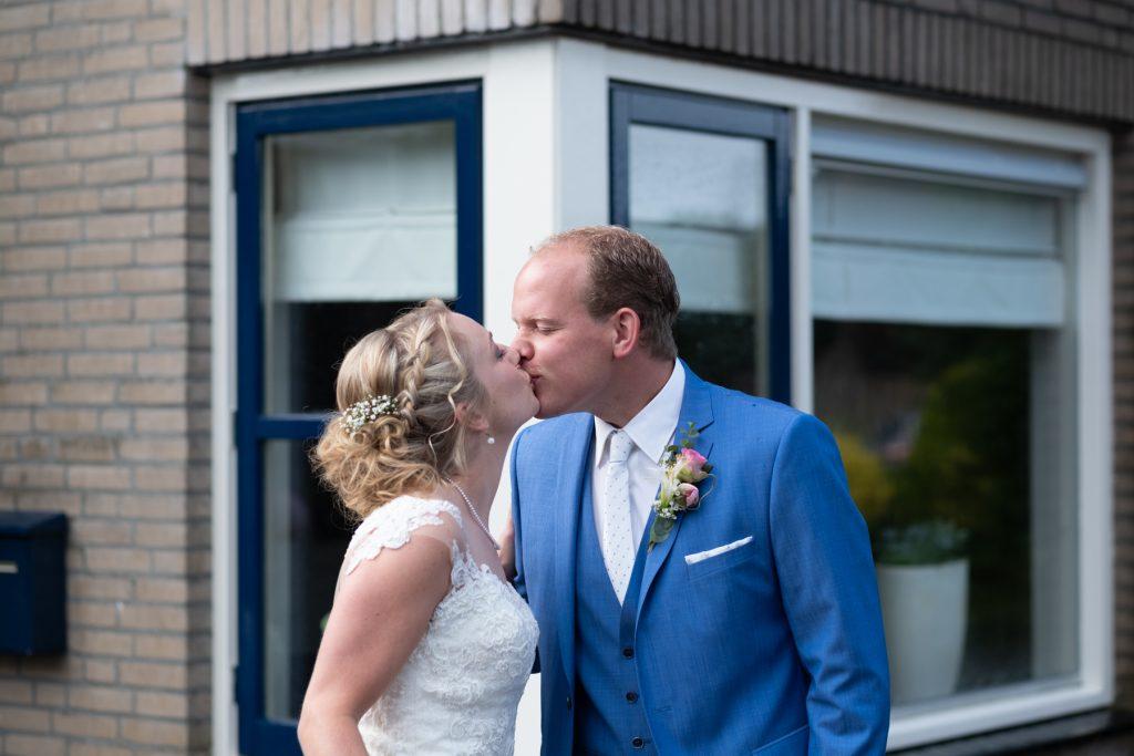 first kiss, bruiloft Arjan en Marion, Smilde © 2018 Matthijs Jonker Fotografie