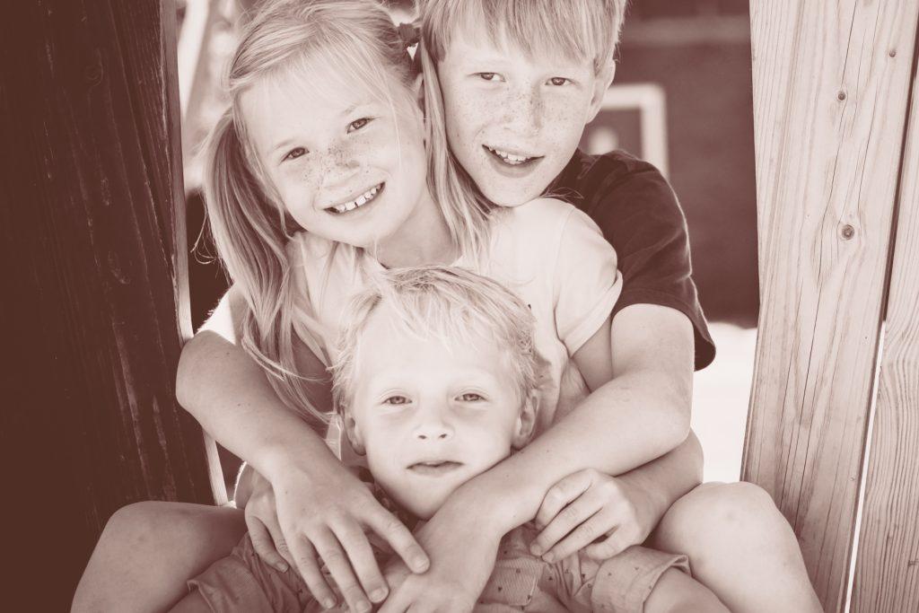kleinkinderen, familiefotoshoot Gruben, Hof van Saksen, Rolde © 2018 Matthijs Jonker Fotografie
