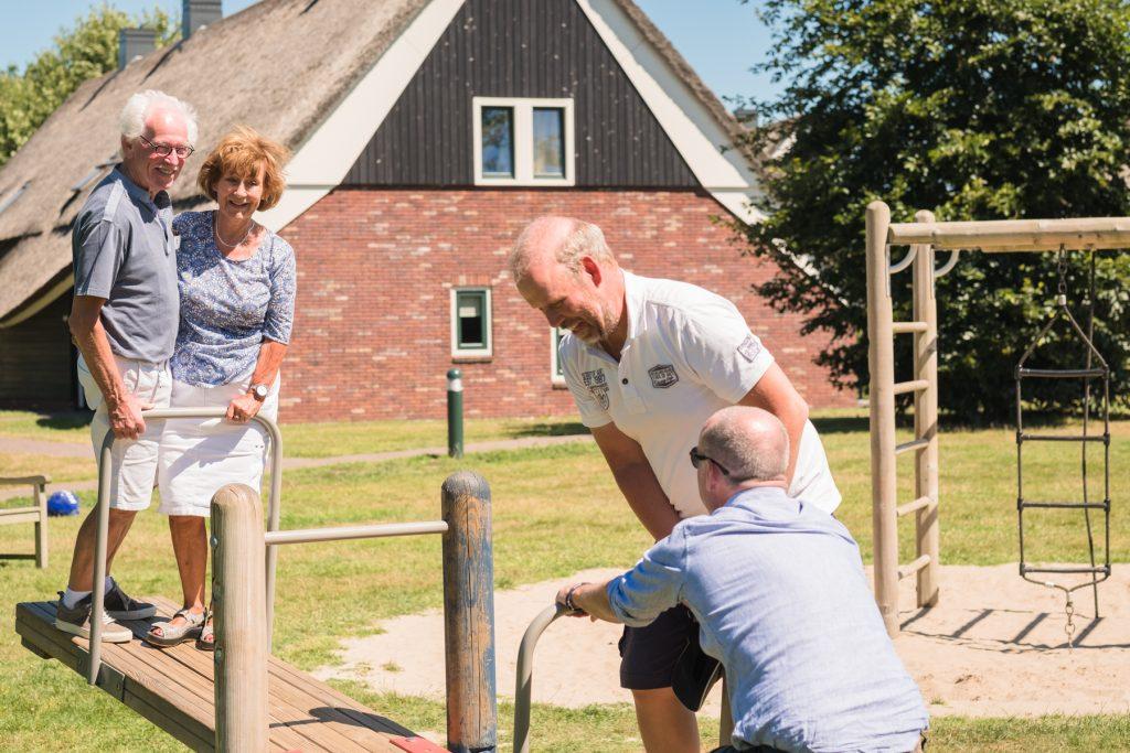 op de wipwap, familiefotoshoot Gruben, Hof van Saksen, Rolde © 2018 Matthijs Jonker Fotografie