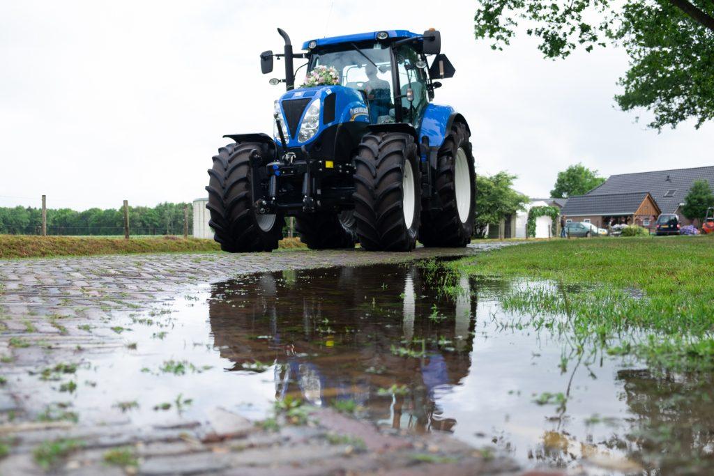 reflectie regenplas bruidegom met tractor, bruiloft Arjan en Marion, Smilde © 2018 Matthijs Jonker Fotografie