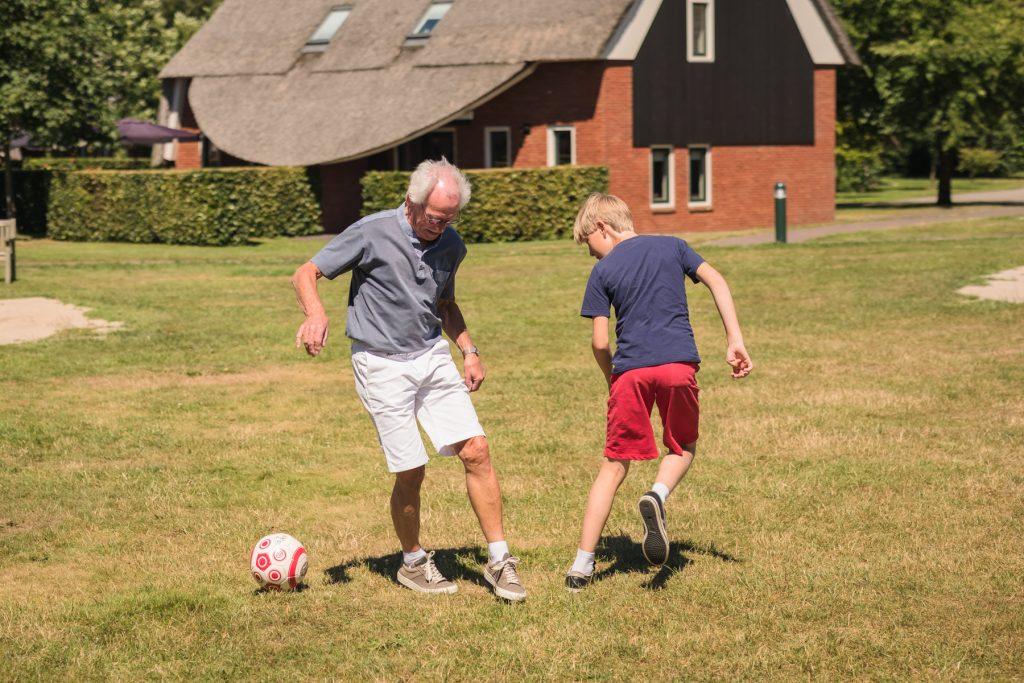 voetballen met opa, familiefotoshoot Gruben, Hof van Saksen, Rolde © 2018 Matthijs Jonker Fotografie