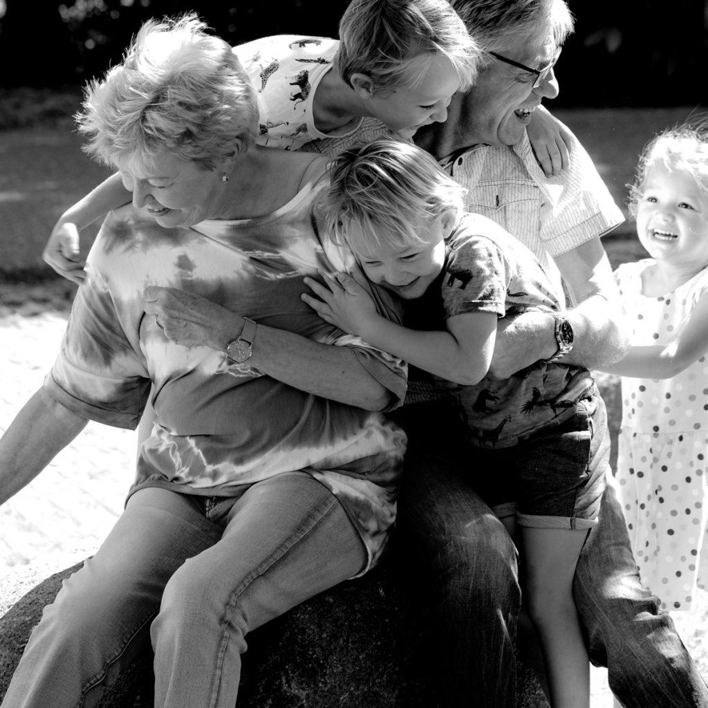 groepsknuffel, Gezinsshoot Oudijk, Hof van Saksen, Rolde © 2018 Matthijs Jonker Fotografie