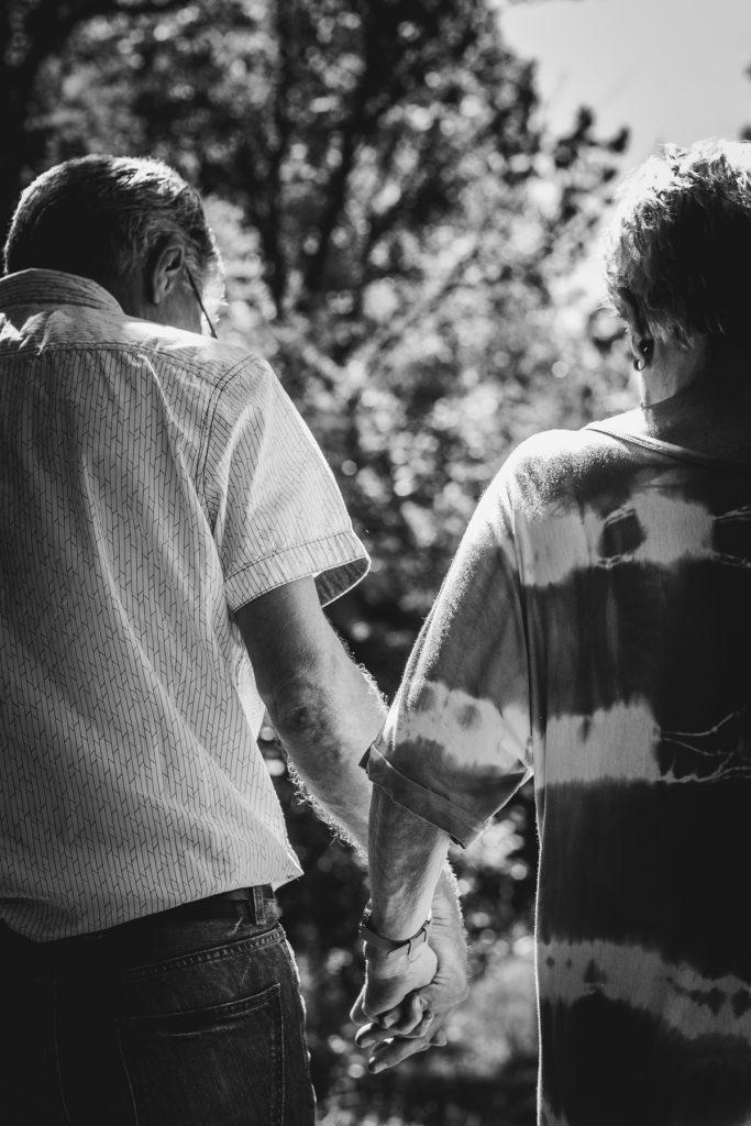 holdings hands, Gezinsshoot Oudijk, Hof van Saksen, Rolde © 2018 Matthijs Jonker Fotografie