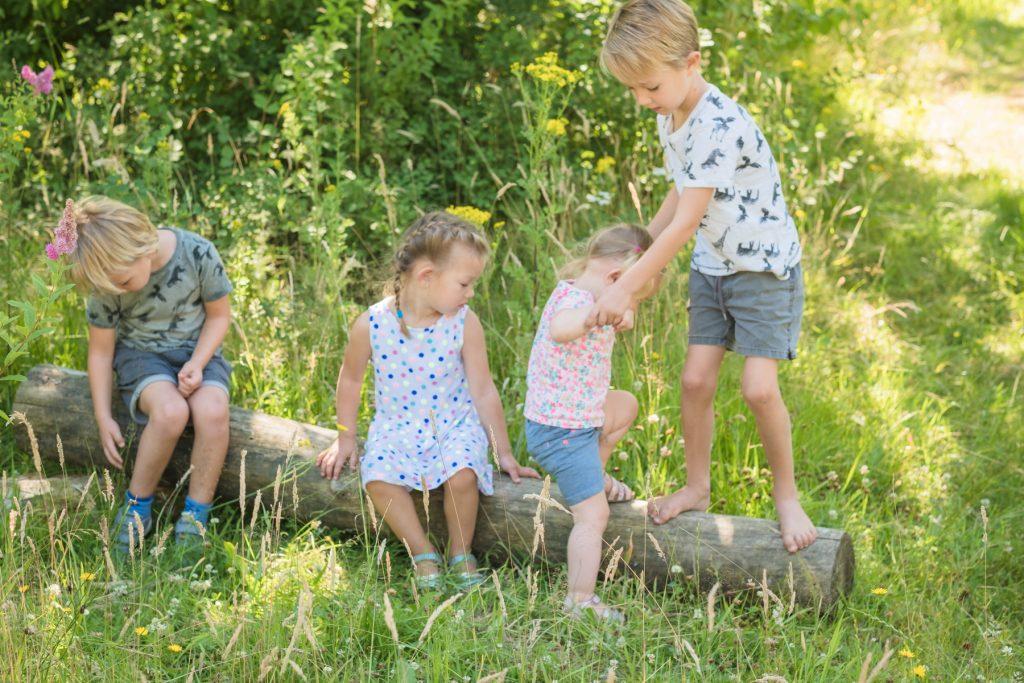 oud helpt jong, Gezinsshoot Oudijk, Hof van Saksen, Rolde © 2018 Matthijs Jonker Fotografie